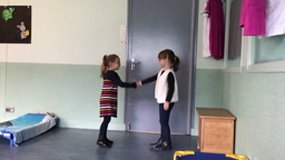 "Vidéo anglais ""Hello, hello what's your name ?"" classe MS-GS"